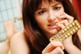 Una ragazza con in mano la pillola del giorno dopo.