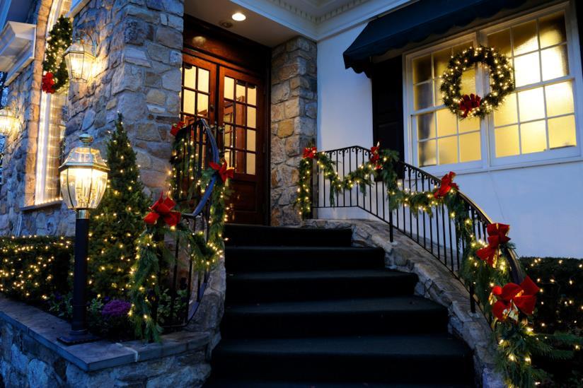 Esterno di una casa con una scala decorato per il Natale