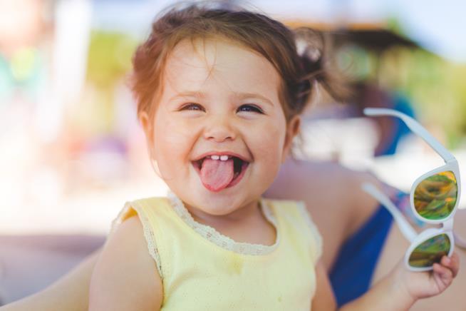 Bambina sorride allegra