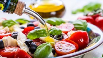 Piatto d'insalata caprese condito con dell'olio EVO