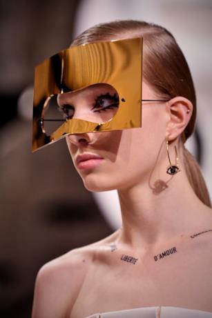 Maschera dorata nella sfilata Dior.