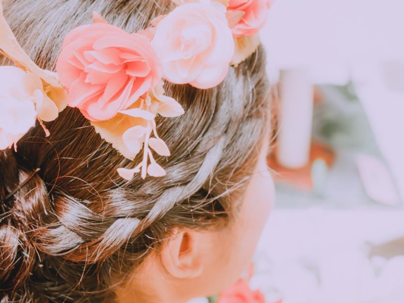 Corona di fiori su pettinatura intrecciata