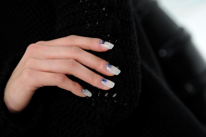 Unghie bianche con decorazioni blu