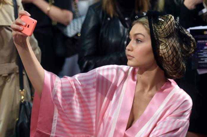 Gigi Hadid nel backstage di Victoria's Secret