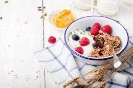 Yogurt, muesli e frutti di bosco freschi