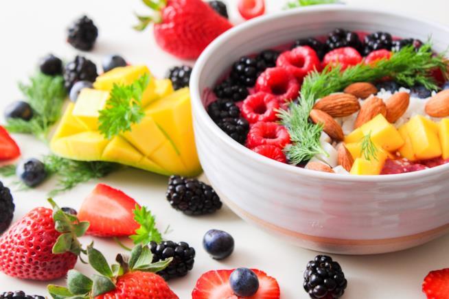 Macedonia di frutta estiva e secca in una ciotola