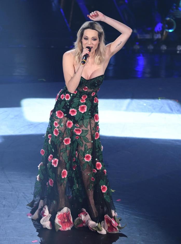 Laura Chiatti sfoggia un vestito con i fiori