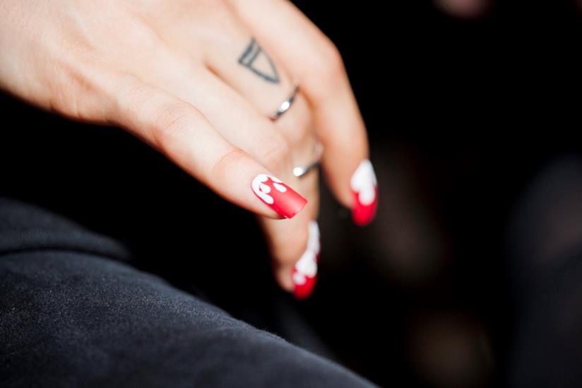 Unghie decorate rosse e bianche