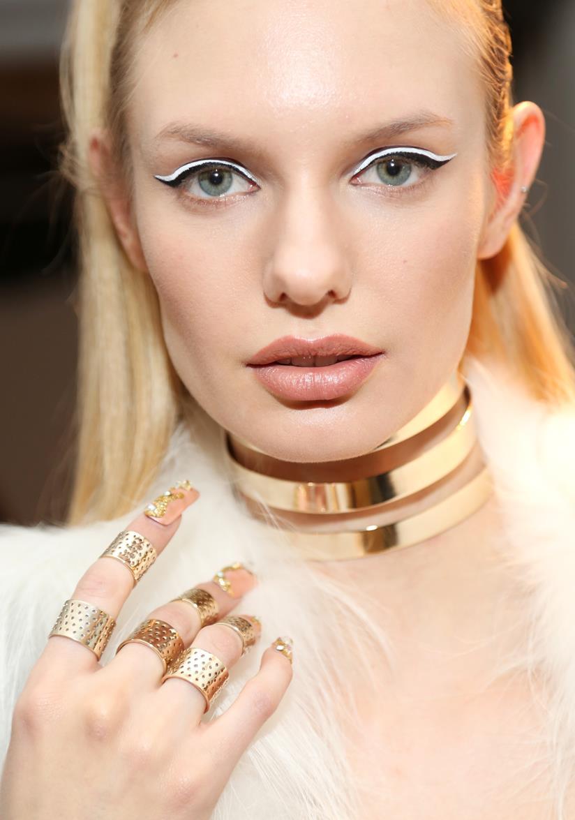 Nail art rosa e cristalli oro