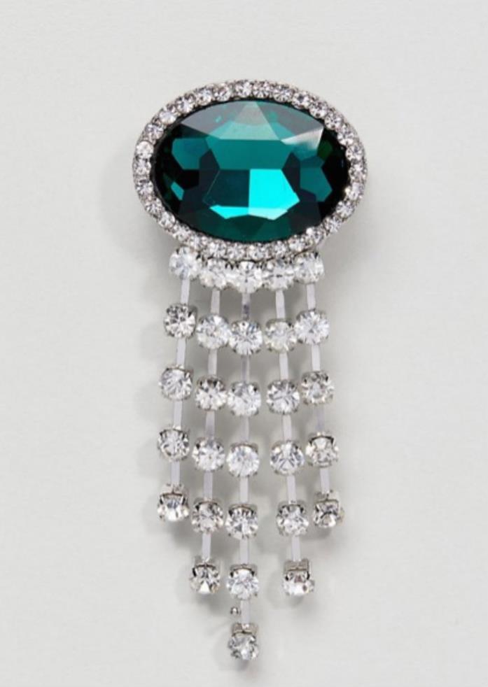 Una spilla-smeraldo