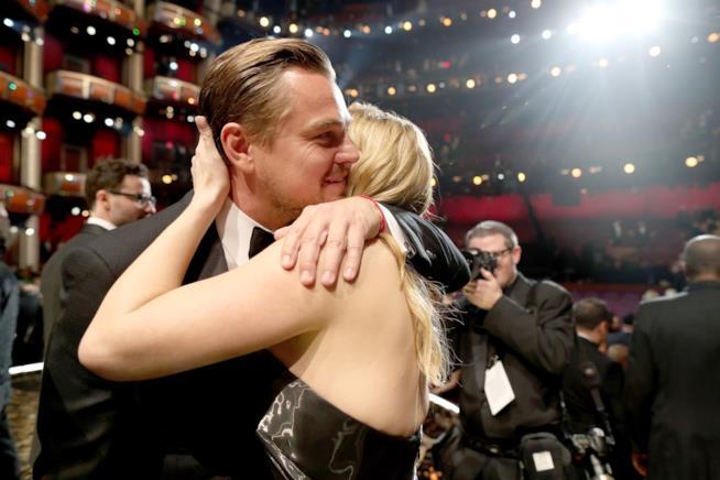 Abbraccio tra Leonardo DiCaprio e Kate Winslet agli Oscar