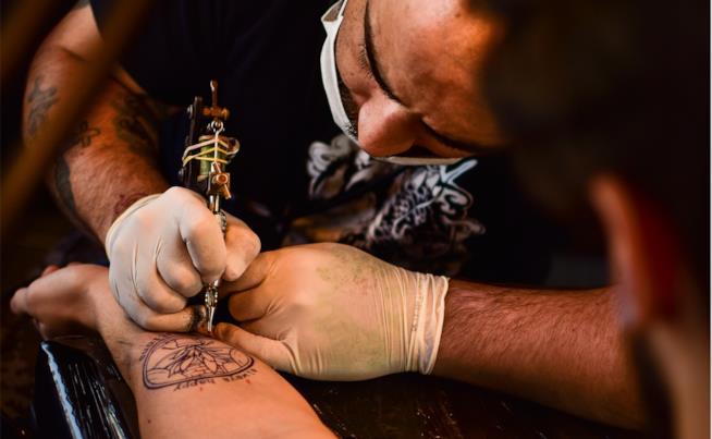 Tatuatore al lavoro