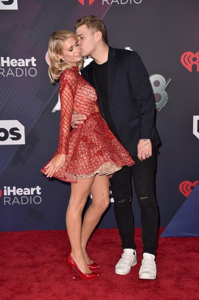 Paris Hilton e Chris Zylka a un evento mondano