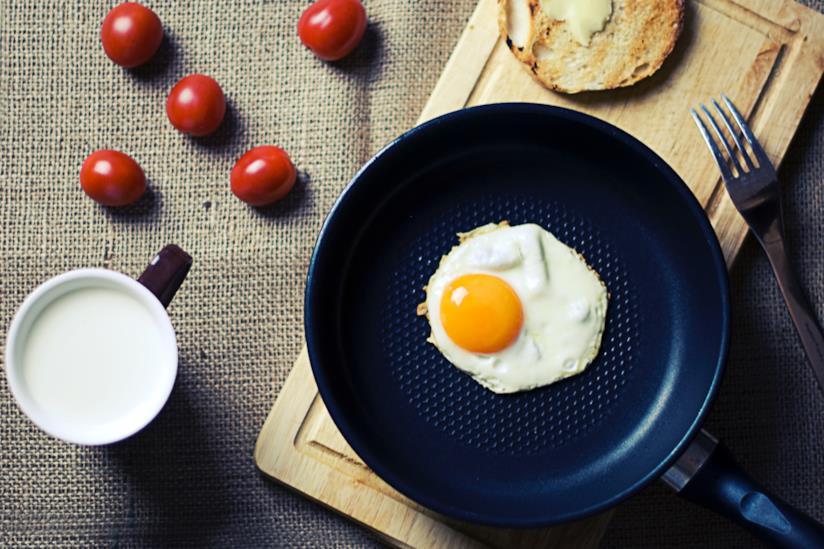 Ingredienti per una colazione di uova e pomodori