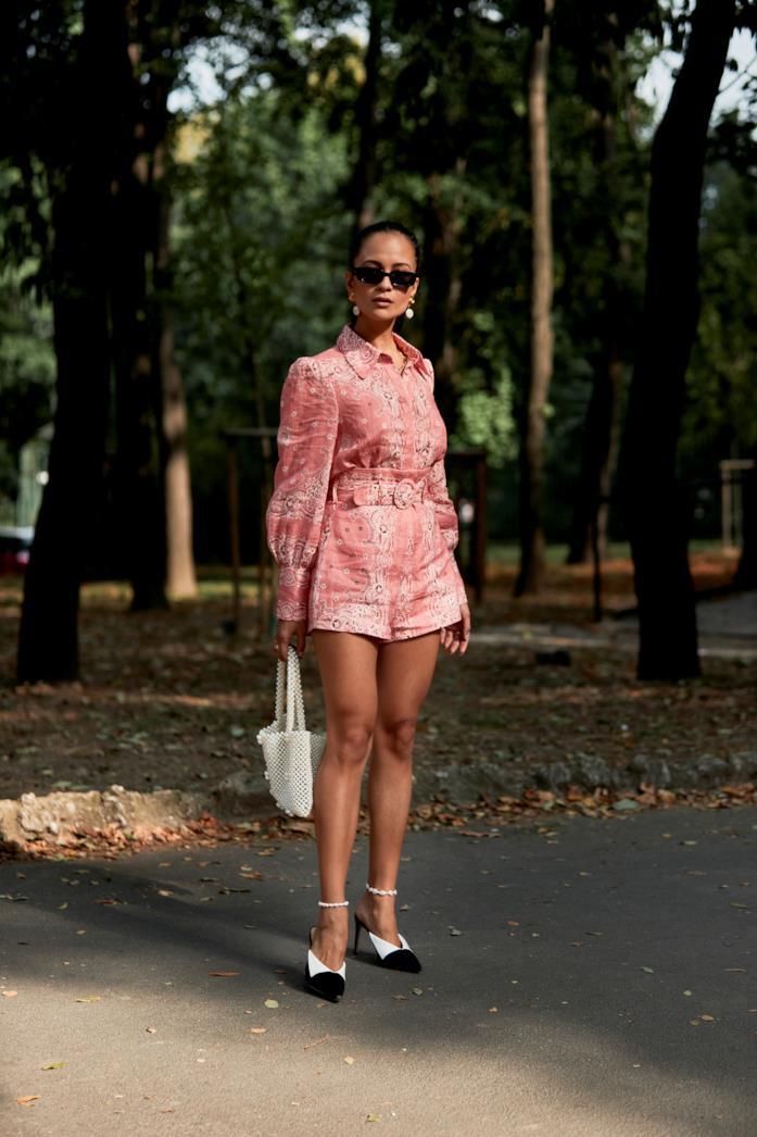 Jumpsuit rosa effetto pitone con maniche a sbuffo