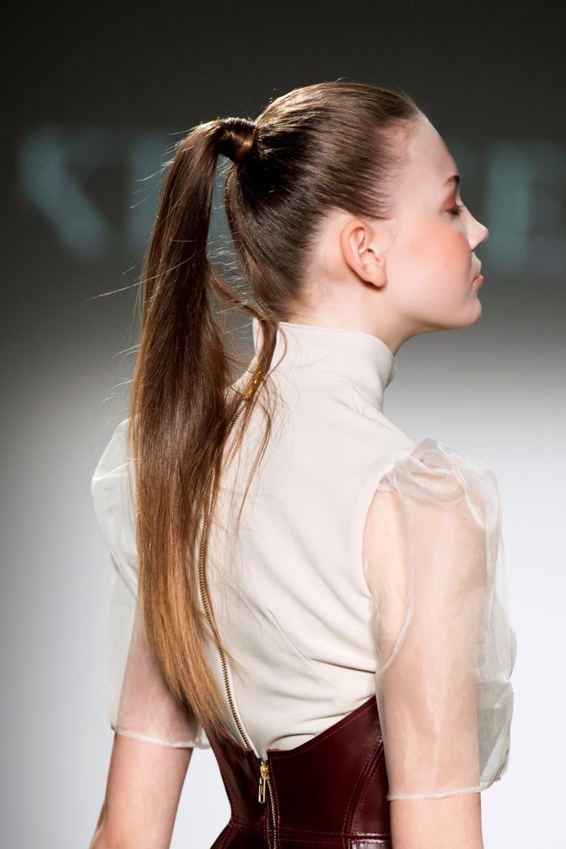 Capelli castani con coda alta