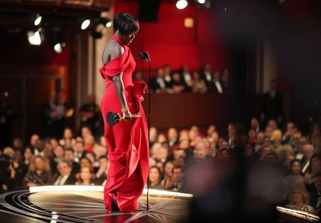 Viola Davis riceve l'Oscar come miglior attrice non protagonista