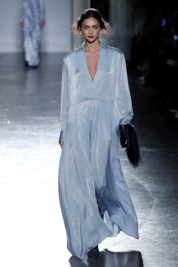 Un abito azzurro lungo fino ai piedi