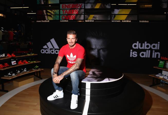 David Beckham  con le adidas superstar alte