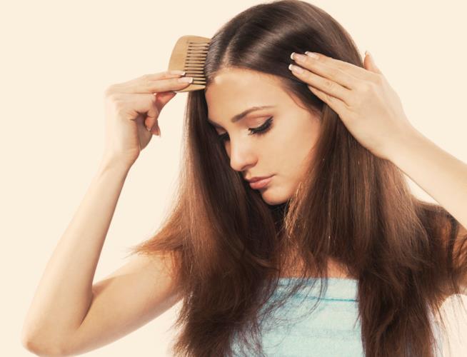 Una donna si pettina con cura i capelli