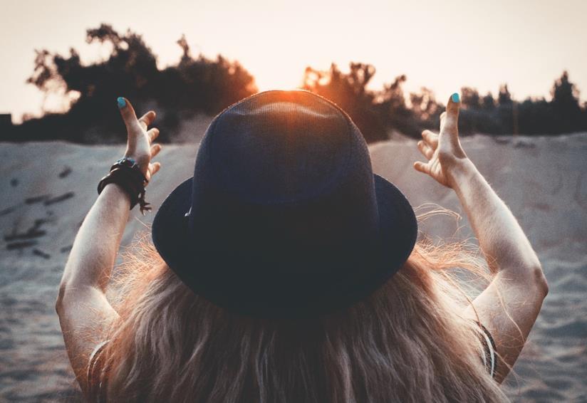 Una donna di spalle con un cappello in testa.