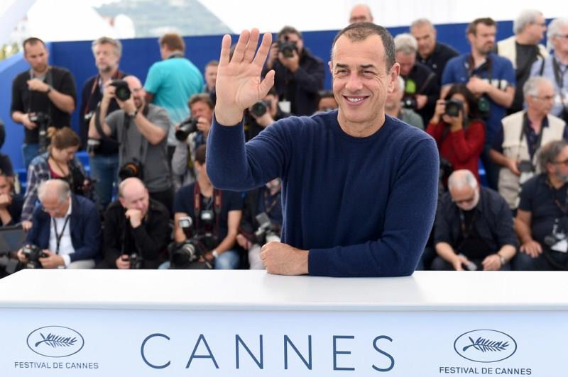 Matteo Garrone saluta i fotografi a Cannes