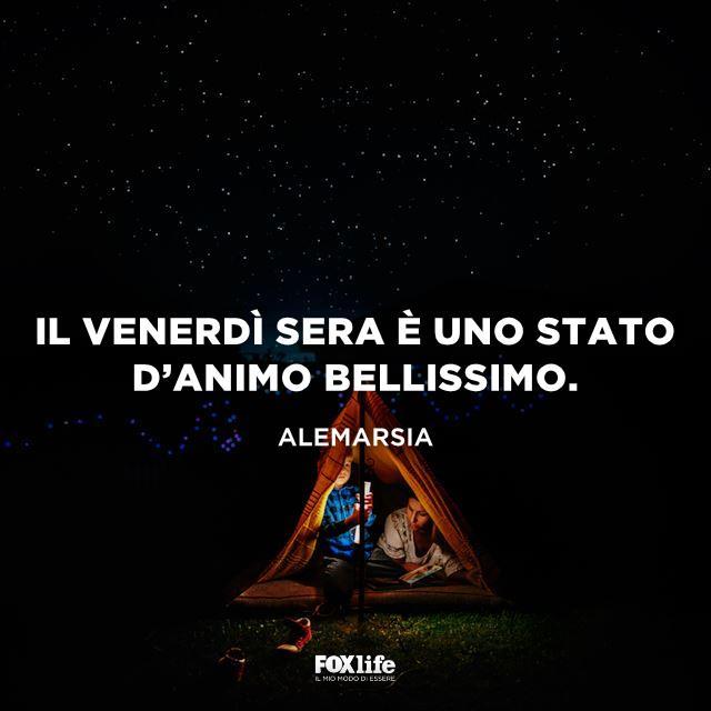 Bambino in una tenda da campeggio con il genitore