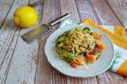 Piatto con cereali, verdura e pesce
