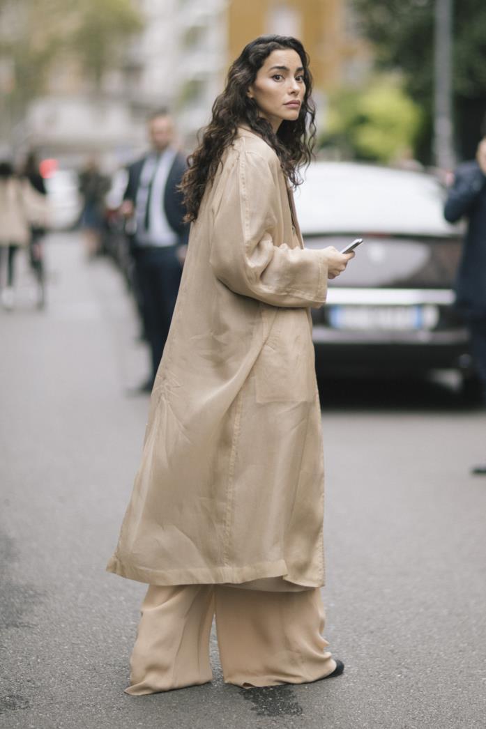 Outfit composto da toni del sabbia dallo Street Style di Parigi 2019