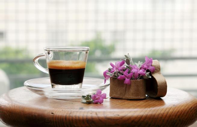 Bicchiere con caffè espresso su un tavolino