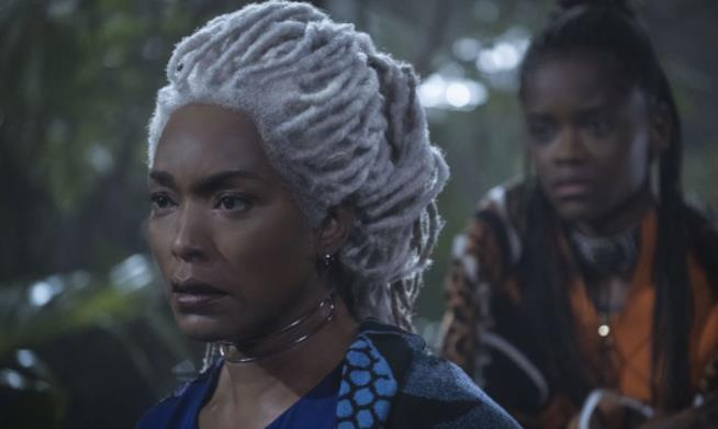 Angela Bassett in una scena da Black Panther