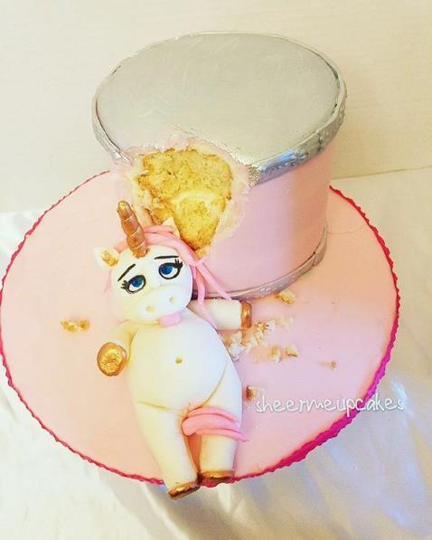 Questo unicorno rosa si è davvero abbuffato!