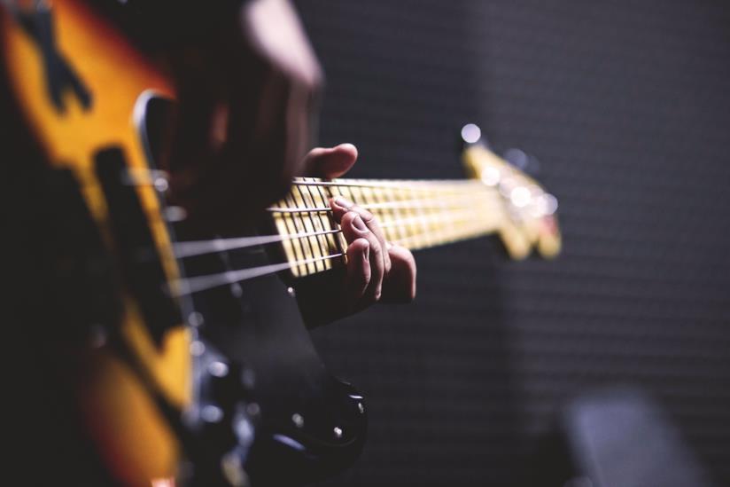 Particolare di un ragazzo che suona una chitarra