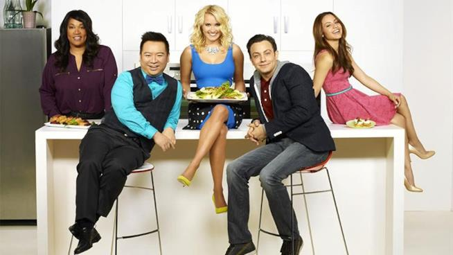 Il cast di Young & Hungry in cucina
