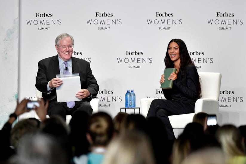 Kim Kardashian durante il Summit organizzato da Forbes