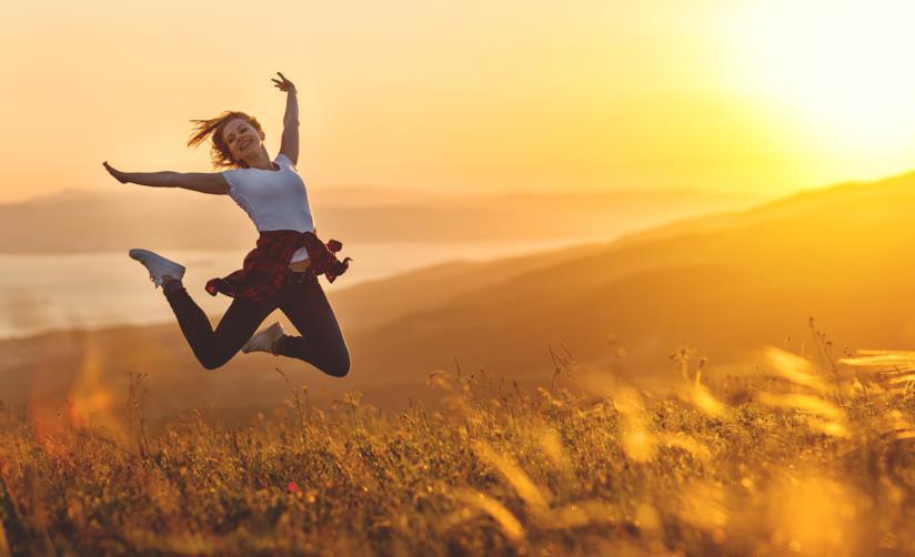 Una donna che salta felice.