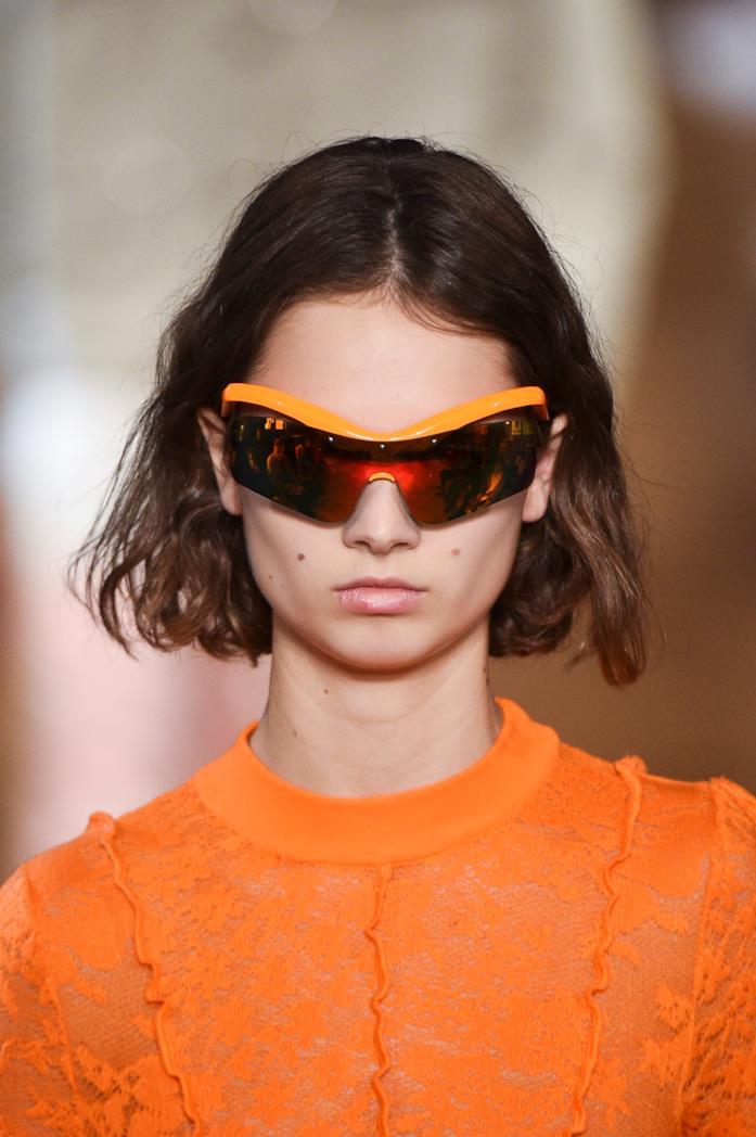 Modella che indossa occhiali Stella McCartney alla S/S 2019