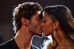 Belén e Stefano si baciano