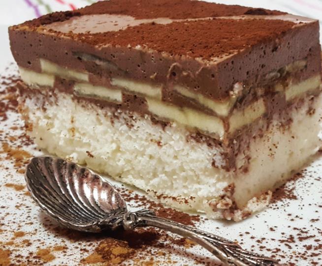 Fetta di torta con strato di crema al cacao