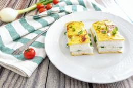 Piatto unico con uova e cipollotti