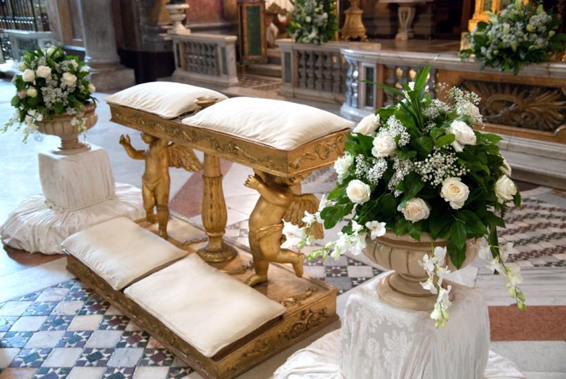 Allestimento di fiori in chiesa