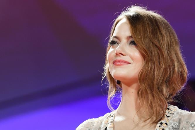 Emma Stone in primo piano sul red carpet di Venezia 75