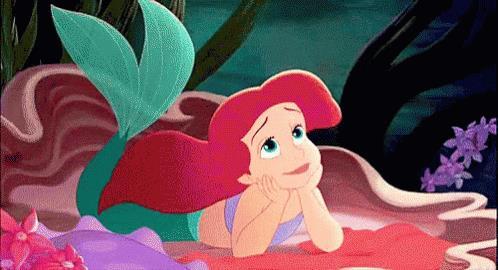 Una GIF di Ariel che muove la coda