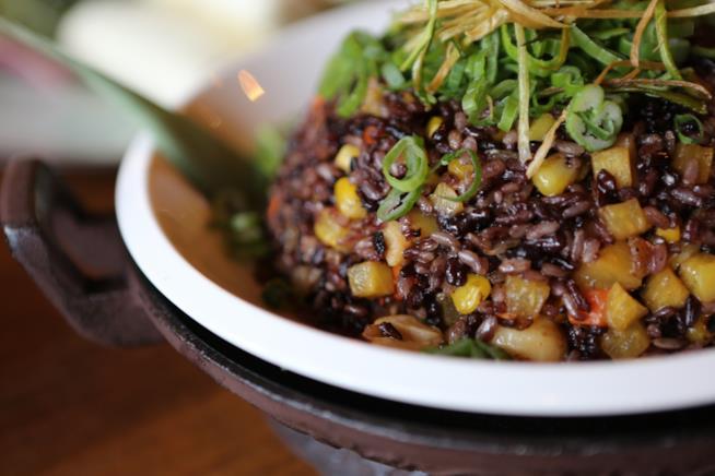 Piatto di riso venere con verdure