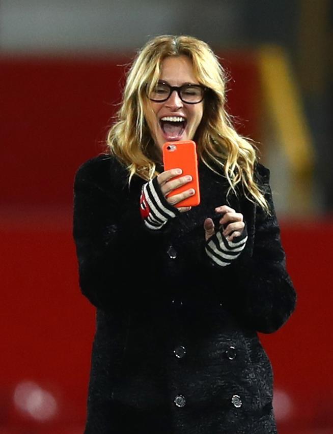 Julia Roberts mentre scatta una foto con il suo cellulare