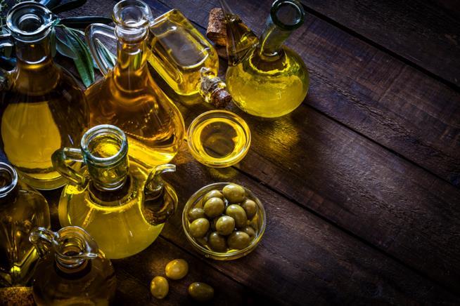 Olive e boccette di olio