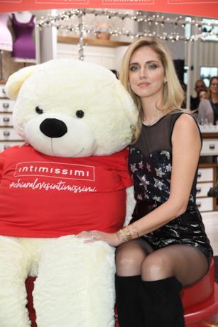 Chiara Ferragni abbraccia l'orso Intimissimi