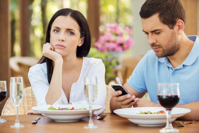 Una coppia in crisi per colpa del... cellulare