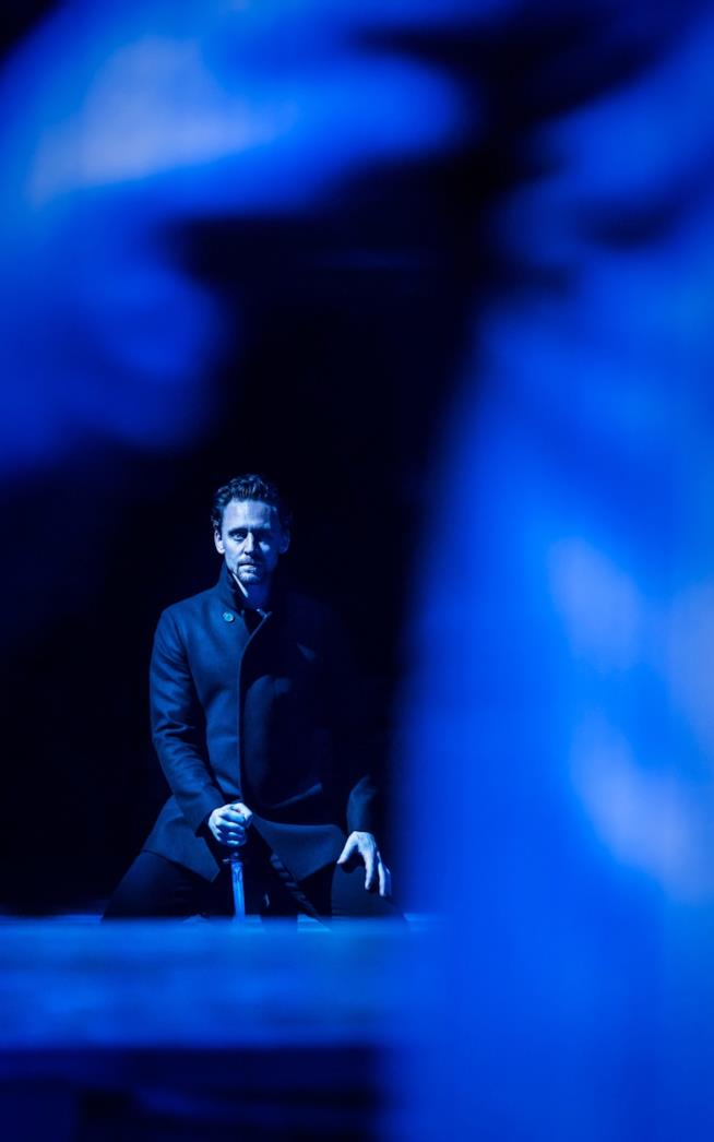 Tom Hiddleston interpreta Amleto