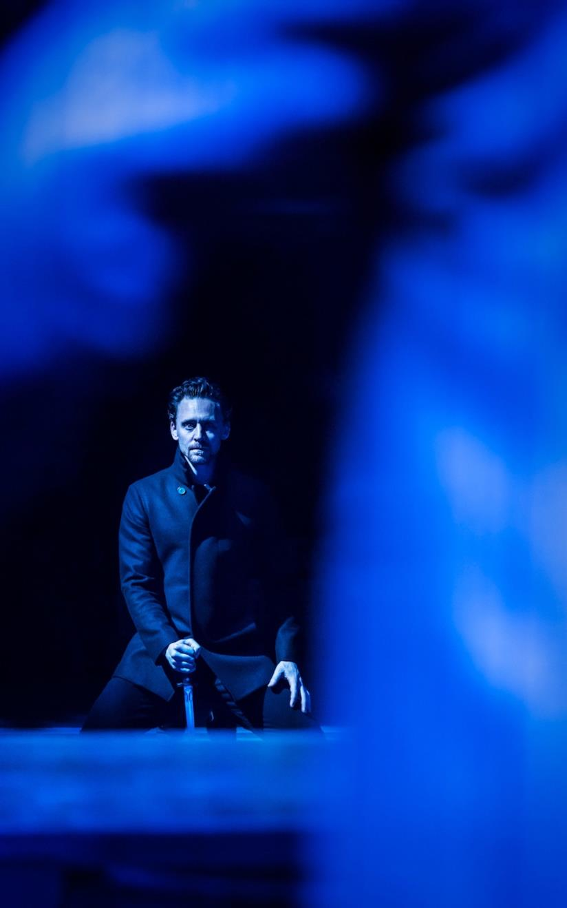 Tom Hiddleston interpreta Amleto